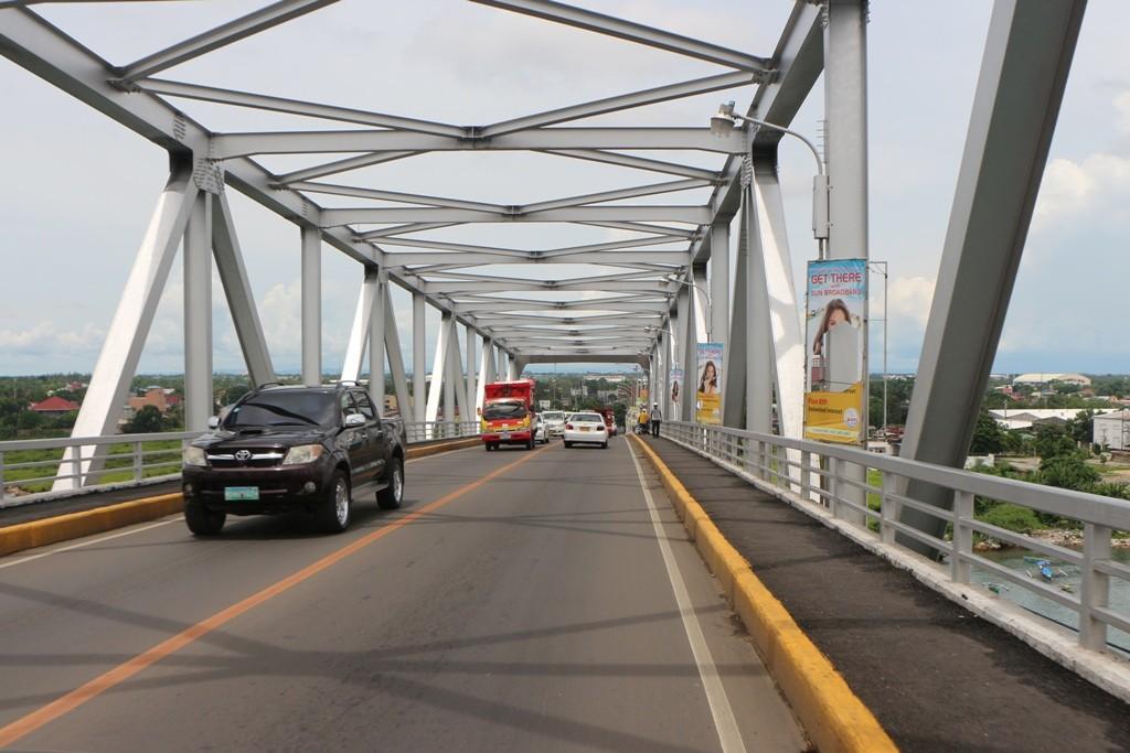 Wir fahren über die Osmena Bridge nach Mactan Island