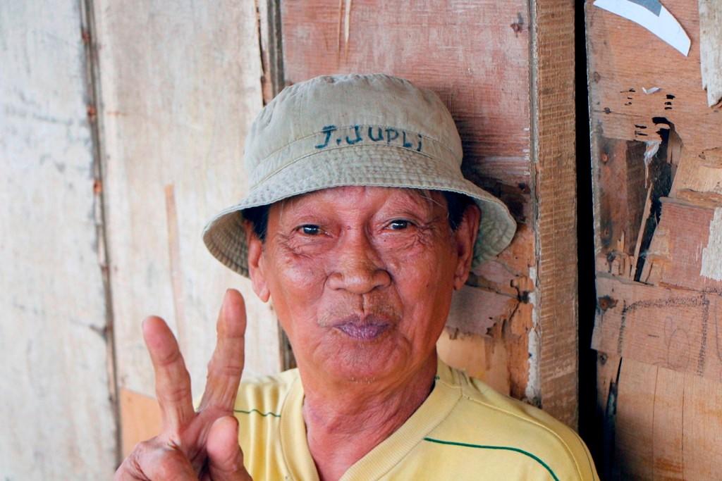 Dieser sehr freundliche Filipino zeigt mir das V - wie Victory = Sieg!