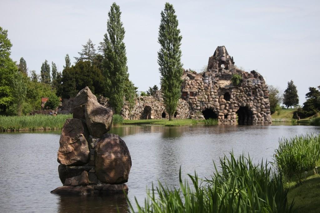 Die Insel Stein, die zwischen 1788 und 1795 errichtete wurde entstand nach italienischen Reiseeindrücken des Fürsten