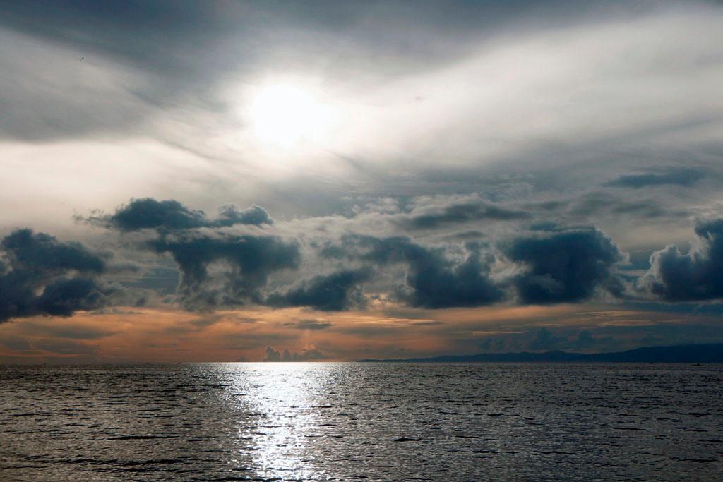 ...aufgehende Sonne im Farbenspiel der Wolkenformationen