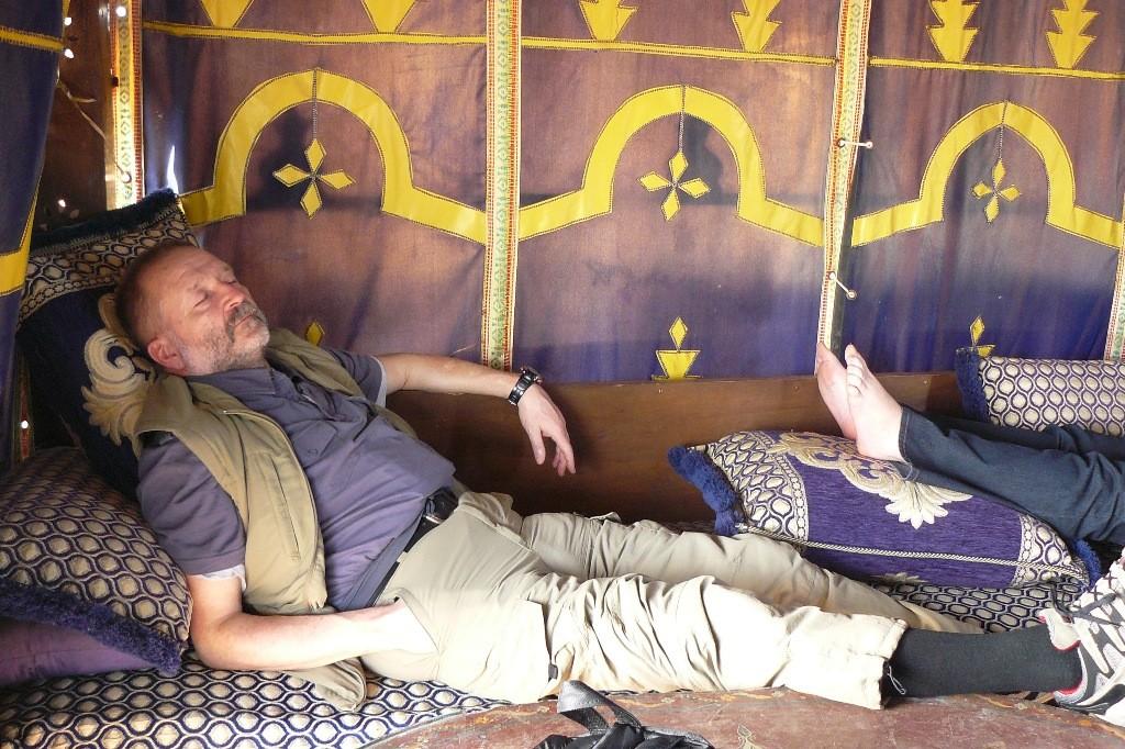 Nach überstandenem Flug mit all dem ganzen Drumherum wird erst einmal ein Nickerchen im hoteleigenen Baldachin- Zelt auf dem Dach gemacht