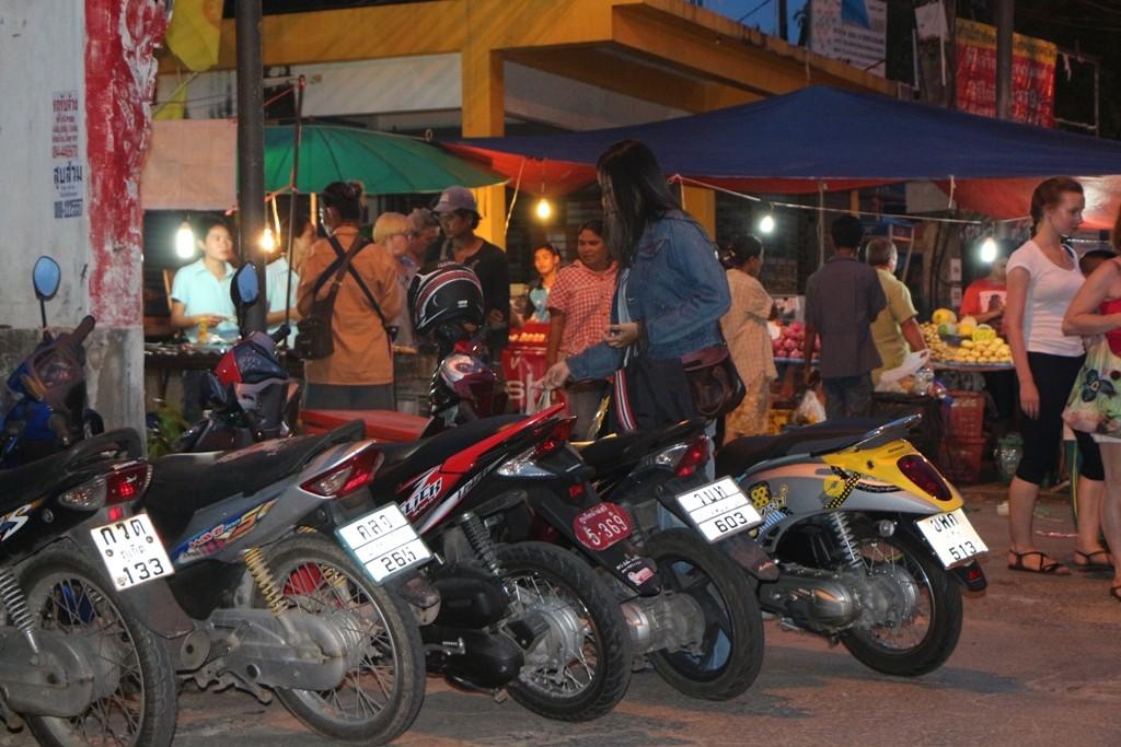 Zu Fuß und mit dem Motorrad, alles drängt auf den Wat Karon Markt!