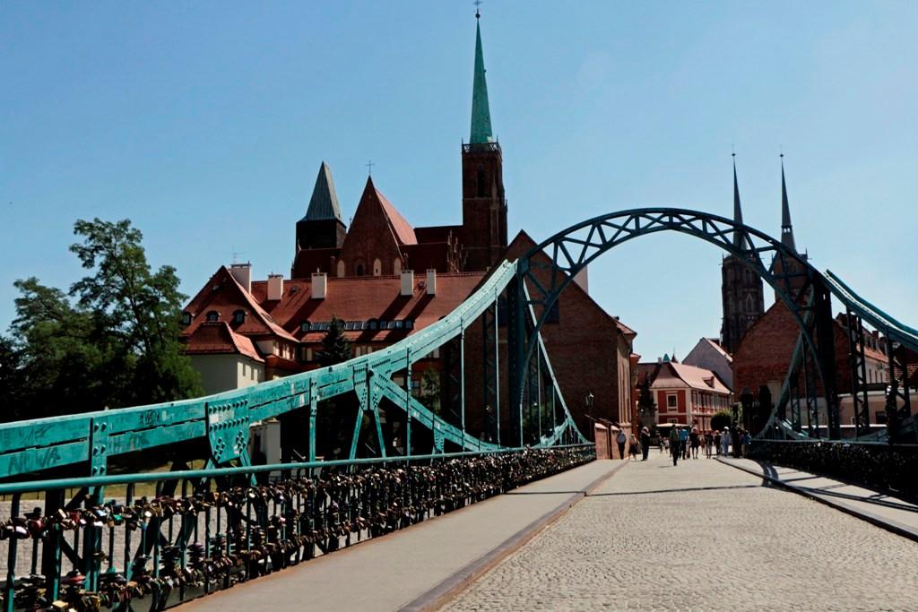 Die bekannte Tumsky Brücke mit der Dominsel (Most Tumski i Ostrów Tumski) im Hintergrund