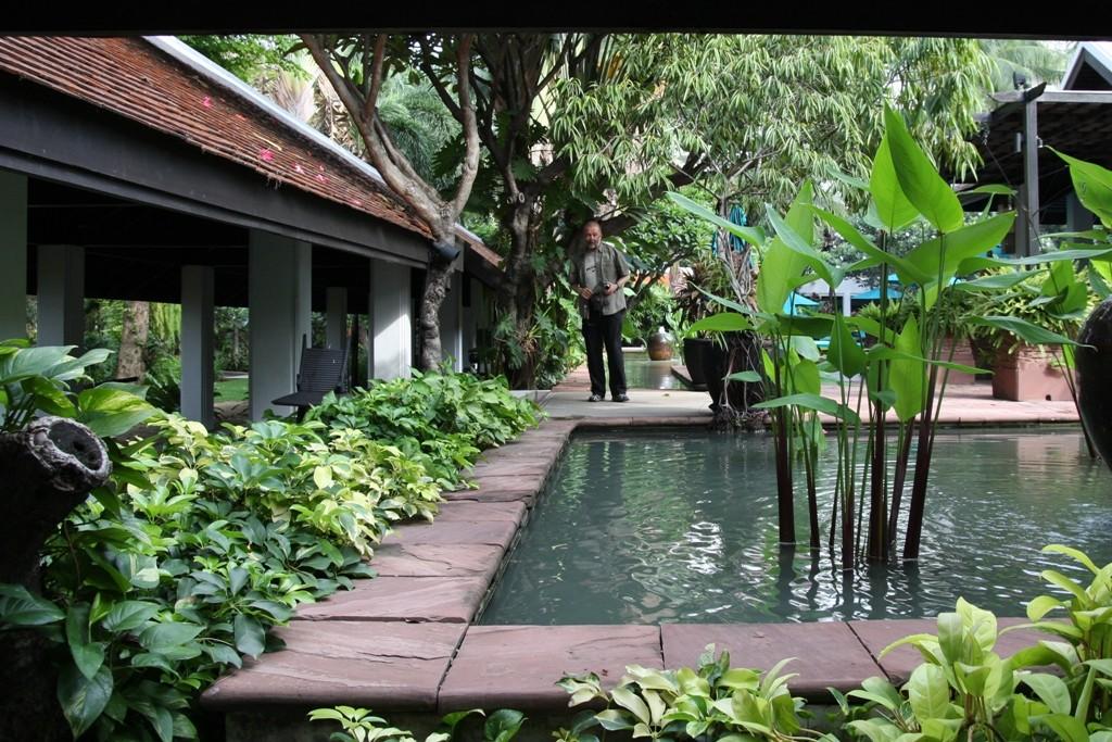 ...im Hotelgarten am großen Swimmingpool