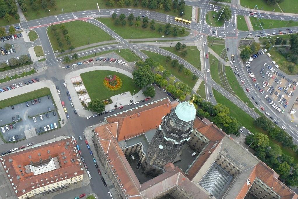 ...der Rathausturm mit dem Georgplatz