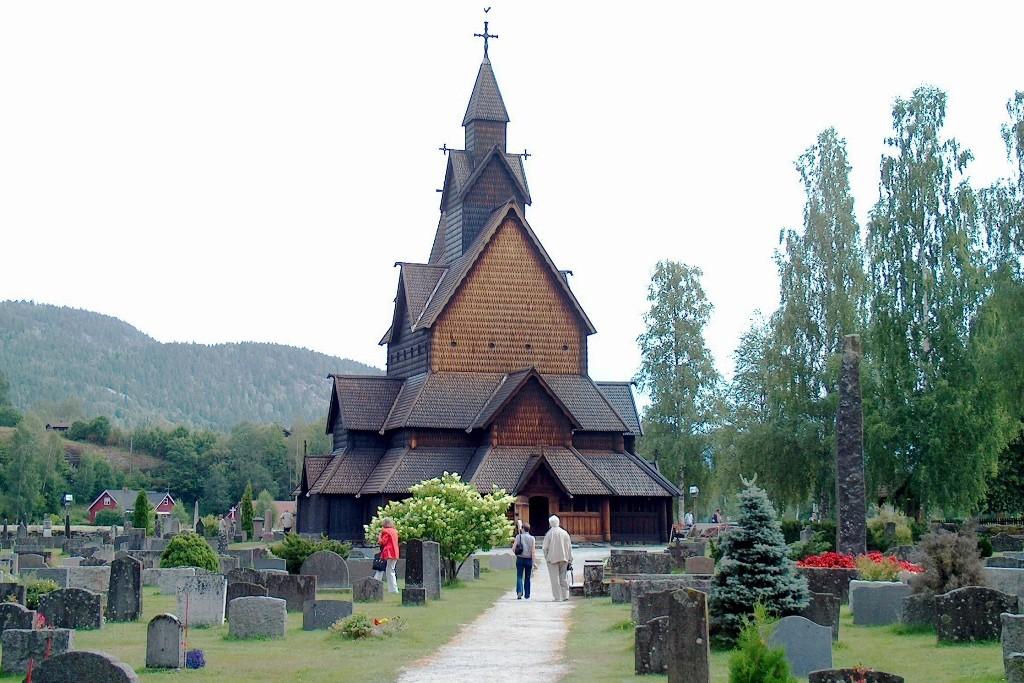 Totalansicht der noch am besten erhaltenen Stabkirche Norwegens.