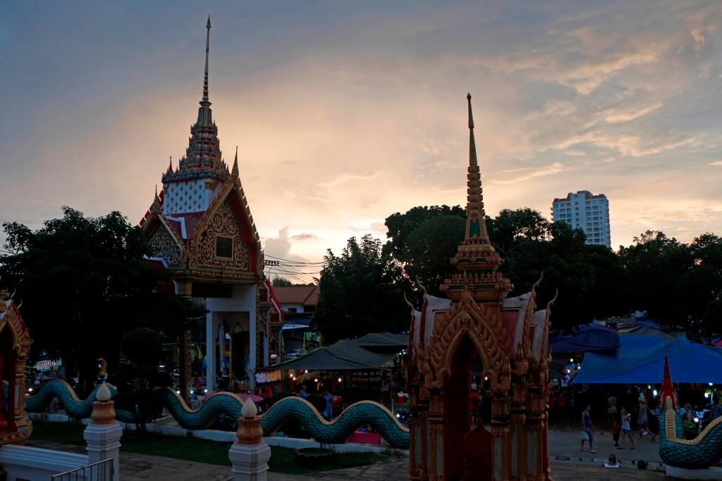 ...Teilansicht des Tempelkomplexes Wat Karon, kurz vor Sonnenuntergang