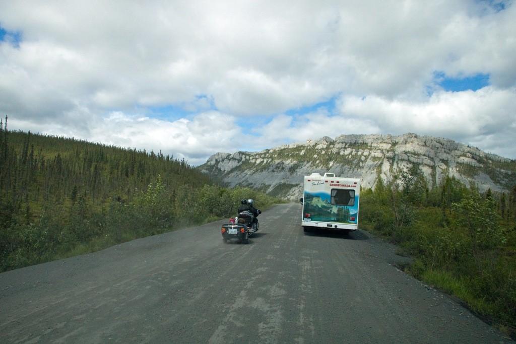 Biker überholen uns nahe der Engineer Creeks