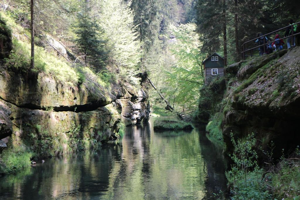 Aussteigen und weiter wandern bis zur Brücke am Abzweig nach Mezná (Stimmersdorf)