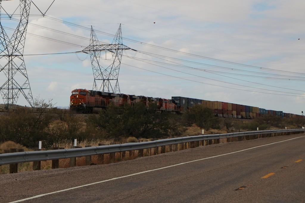 ...und noch einmal faucht und rumpelt solch ein Zugmonster neben uns auf der Route 66 in Richtung Seligmam her