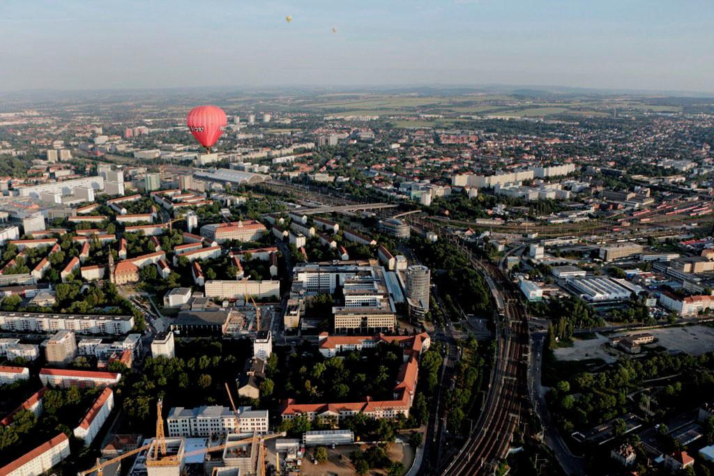 """Wir fahren über das alte """"KK Mitte"""" und sehen die Könneritzstr./Ammonstr. mit dem Pflegeheim  """"Wohnpark Elsa Fenske"""", dem WTCenter mit dem 53 m hohen Turm, den Ammonhof und den Hbf., die Südvorstadt und Plauen"""
