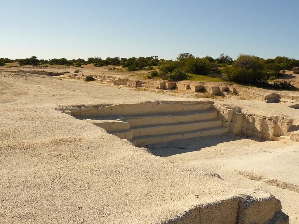 Am Hamelin Pool ist diese Abbaustätte, ein Muschelsteinbruch. Das zementierte Sedimentgestein von Herzmuscheln, das an dieser Küste auf ca.100 km Länge vorkommt, ist nunmehr untersagt worden.