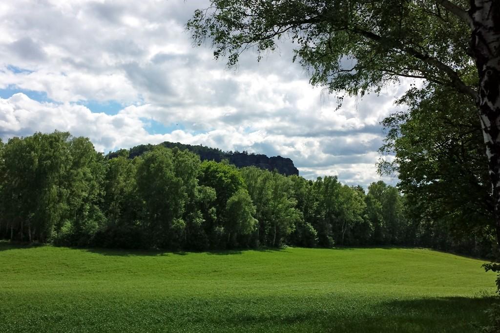 Der Pfaffenstein im satten Grün des Frühlings