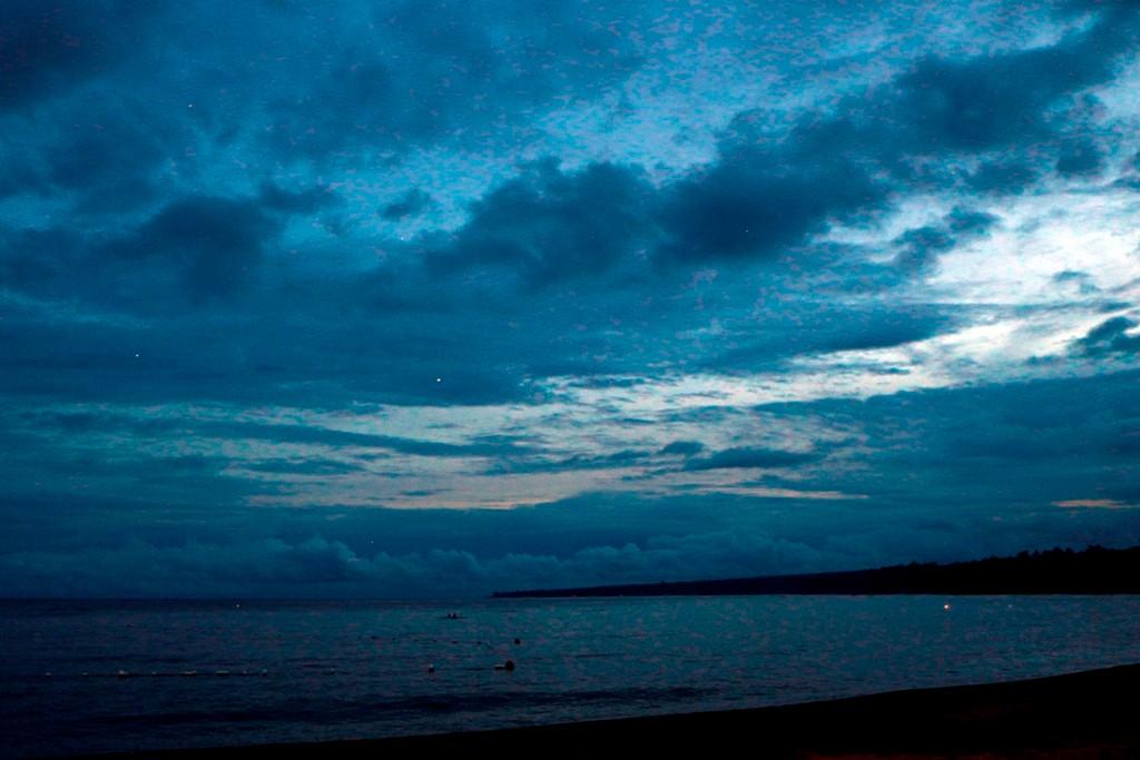 Die Nacht senkt sich über den Strand von Dauin, Sterne blinzeln durch die Wolken!
