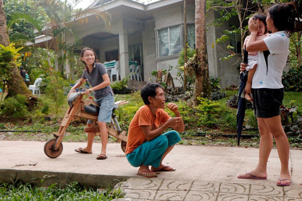 Kurz vor Straßenende (Betonpiste) hier Filipinas im trauten Familienkreis mit schon exklusiv anmutenden Wohnhaus!