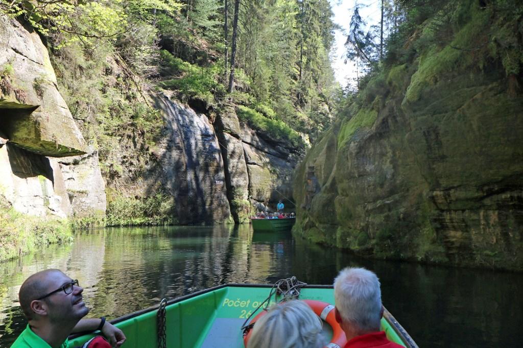 Gegenverkehr, der Kahn steht am Wasserfall! Die bis zu 150 m hohen Felswände sind beeindruckend