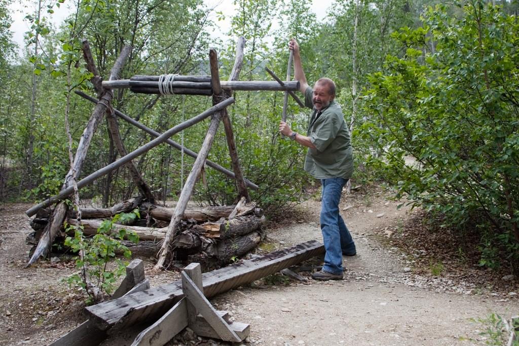 """Ich am Bonanza Creek am """"Discovery Claim"""", hier wurden 1896 von Shookum Jim, Dawson Charlie und George Carmacks die ersten Goldfunde gemacht. Diese drei wurden reiche Männer."""