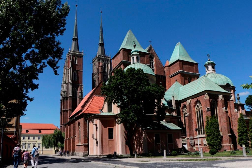 ...vom Osten auf die Rückseite des Breslauer Doms geschaut. Ihre 98 m großen Türme sind die höchsten Breslaus! Der gotische Dom wurde 1341 fertig gestellt