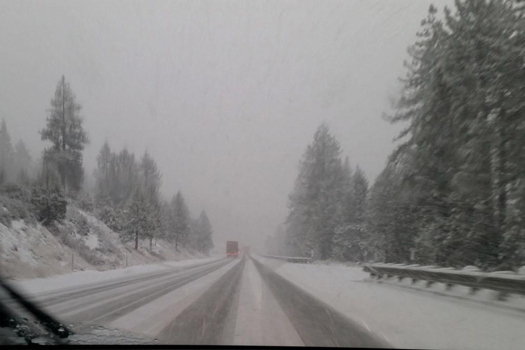 ...nun ist aus Regen Schnee geworden, Schneematsch behindert den Verkehr, es wird kälter!