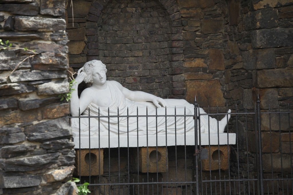 Die Statue der liegenden Quellnymphe Egeria bei der überwölbten künstlichen Ruine