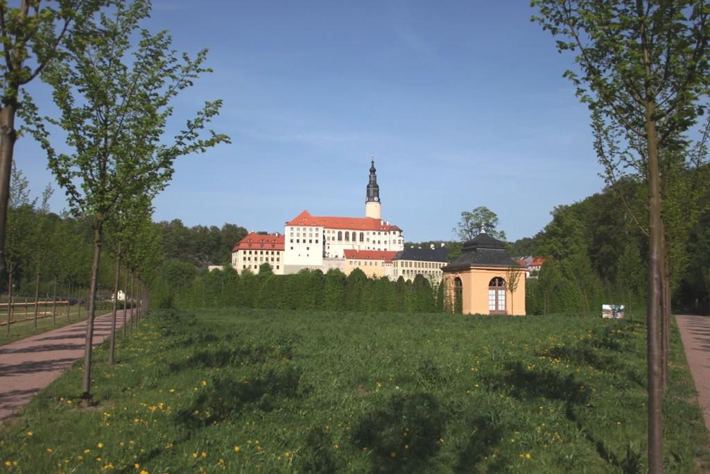 Totalansicht des Schlosses vom Schlosspark her mit Gartenpavillon