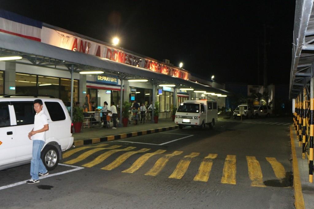 Unser Taxifahrer fuhr uns gegen 3:15 hier her zum Domestic Airport