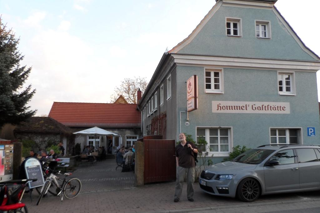 """Ich vor """"Hommels Gaststätte"""" in Dresden-Zschieren"""