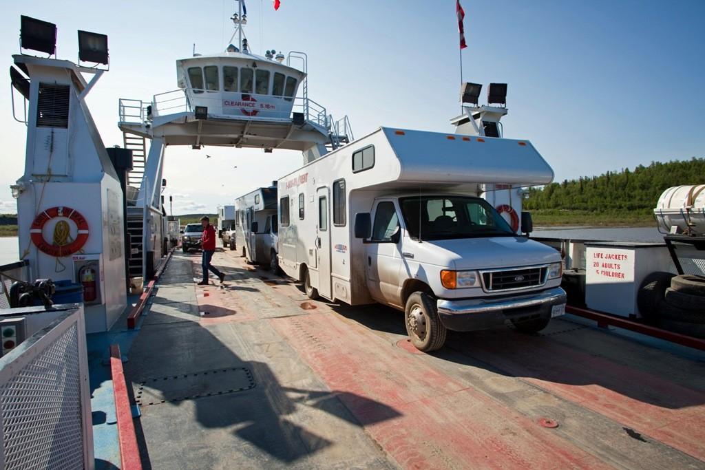 Auf der zweiten Fähre beim Übersetzen auf dem Mackenzie River