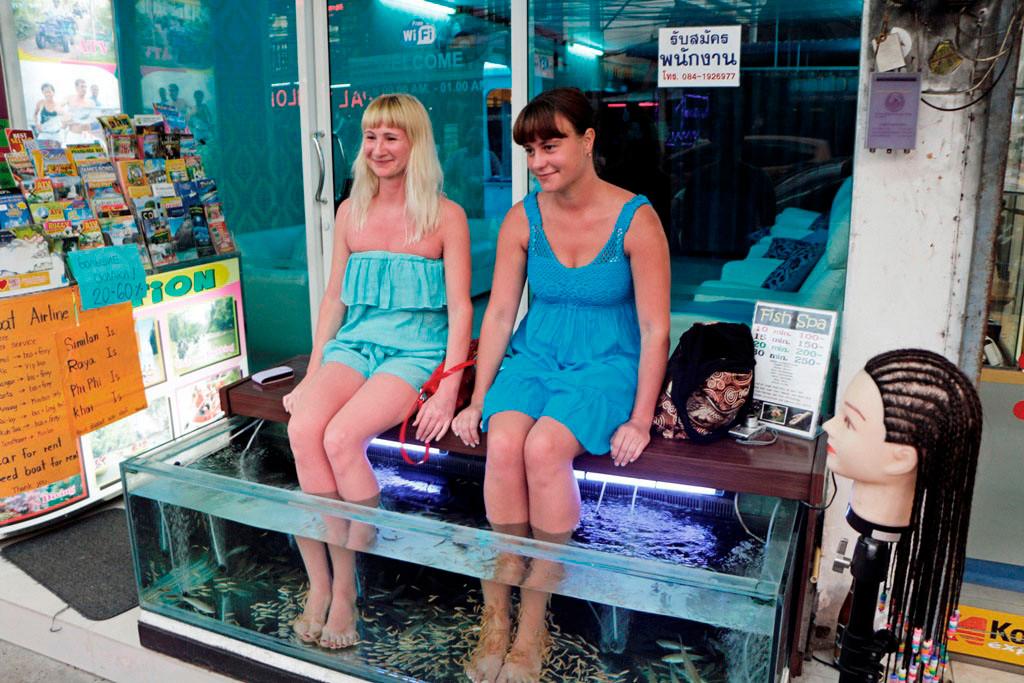 Urlauberinnen in Karon beim Fish Spa