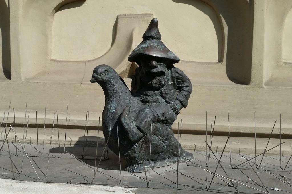 """Dieser, auf einer Taube reitende Zwerg Gołębnik heißt, ja wie wohl, na """"Taubenschlag""""!"""