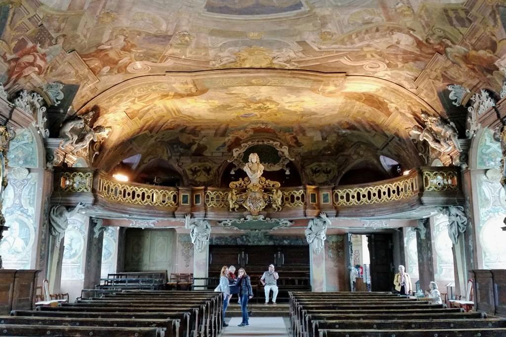 ...das Auditorium mit Empore im trapezförmigen Saal