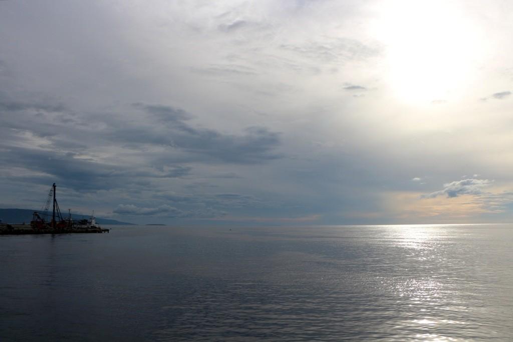 Ein letztes Foto vom Sonnenaufgang und dann sind wir schon weit draußen in der Bohol See!