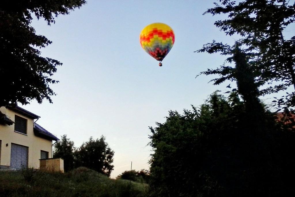 Meine Frau hat mich mit Ballon fotografiert