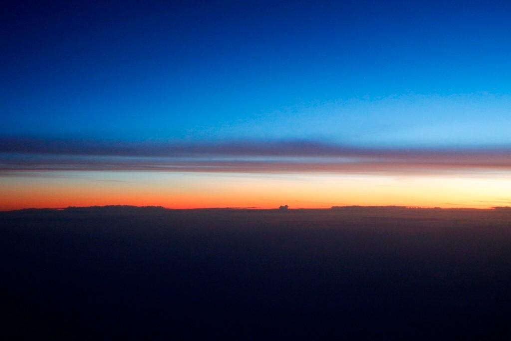 Sehr früh am Morgen sieht der Himmel über den Wolken so aus!