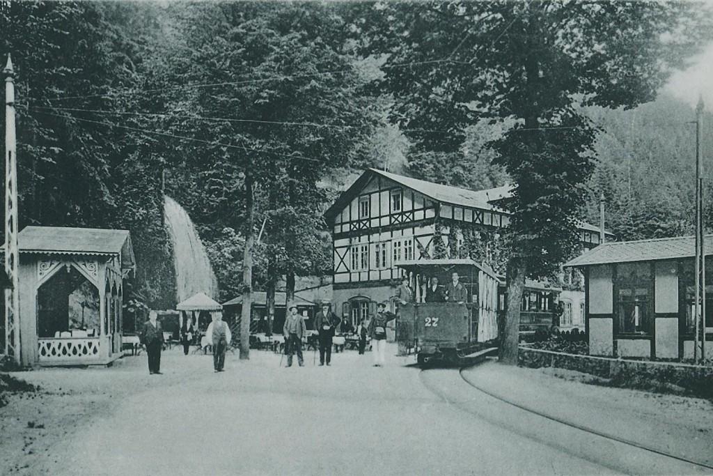 Die historische Postkarte um die Jahrhundertwende zeigt den geneigten Besucher und die Lokalitäten am Lichtenhainer Wasserfall