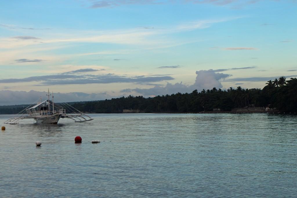 Strandansicht bei Dauin mit einem Tauchboot! Markant und typisch, die großen Ausleger!