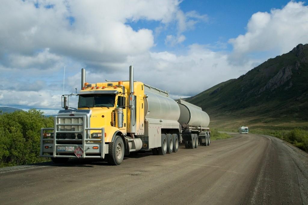 Viel ist auf dem Dempster HWY nicht los, doch wenn die Trucks angedüst kommen ist Vorsicht geboten