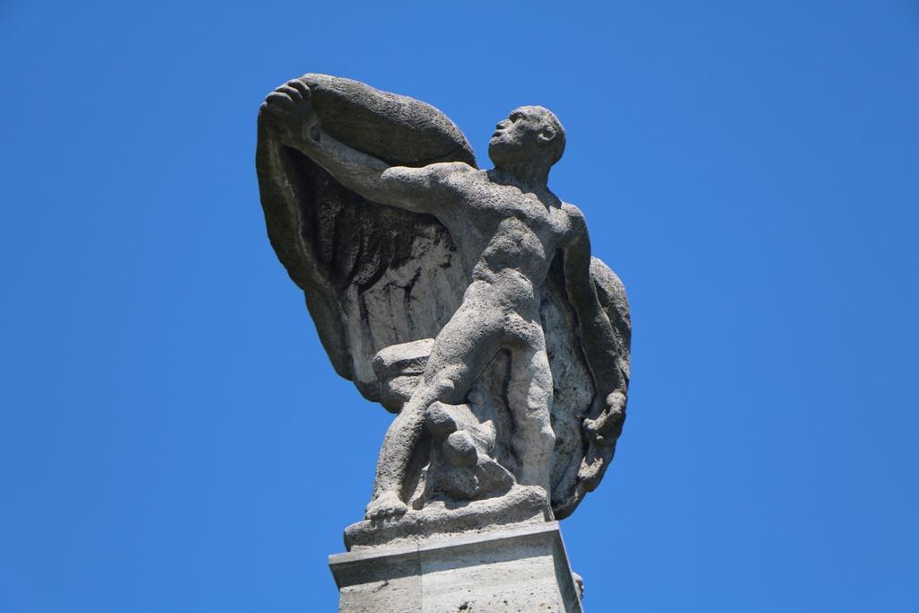 """Graf Zeppelin als """"Held der Nation"""" verehrt, erhielt von Albiker die deutsche Sagengestalt, Wieland der Schmied, der durch Mut und Klugheit seine Feinde und die Lüfte bezwingen konnte."""