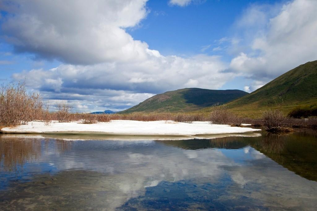 Eisscholle bei strahlendem Sonnenschein auf und am Blackstone River