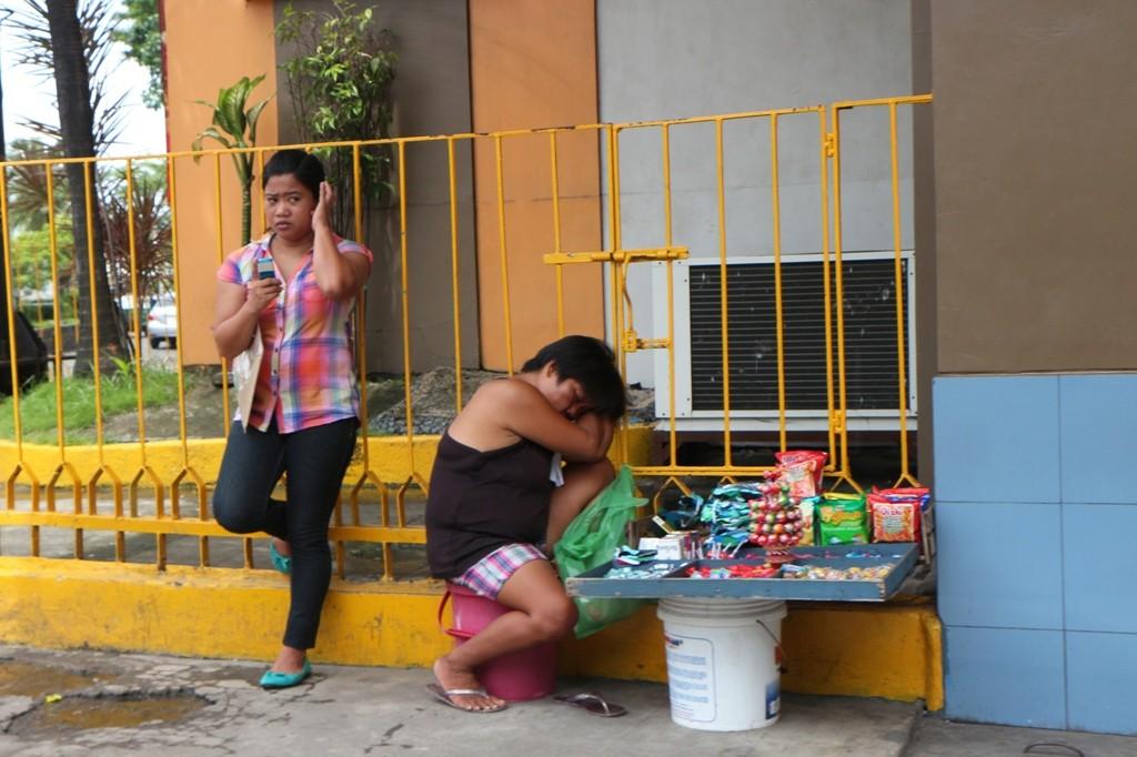 Umsatz Fehlanzeige, nur die Filipina daneben mit dem eletronischen Lieblingsspielzeug ist im Bilde!