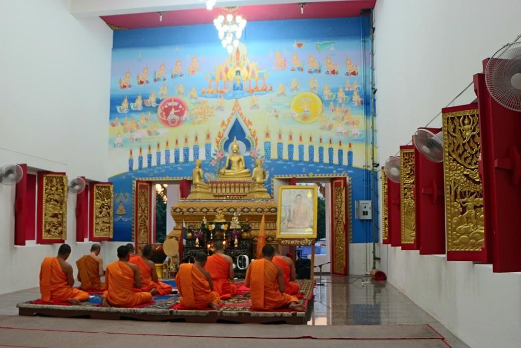 ...Teilansicht des Tempelkomplexes Wat Karon,Viharn/Bot
