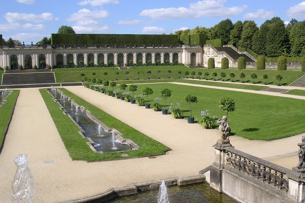 Orangerie (Ostgalerie) und Wasserspiele des unteren Ortangerieparterres im Sommer
