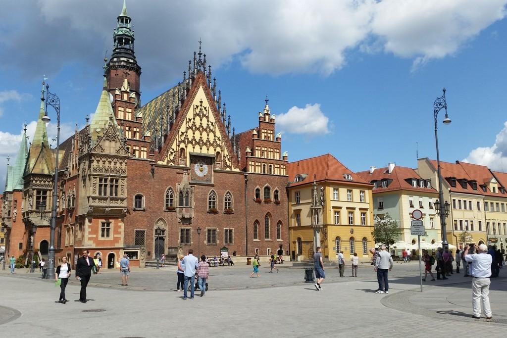 Das historische Rathaus (1299) und Wahrzeichen Breslau´s von der Vorderseite