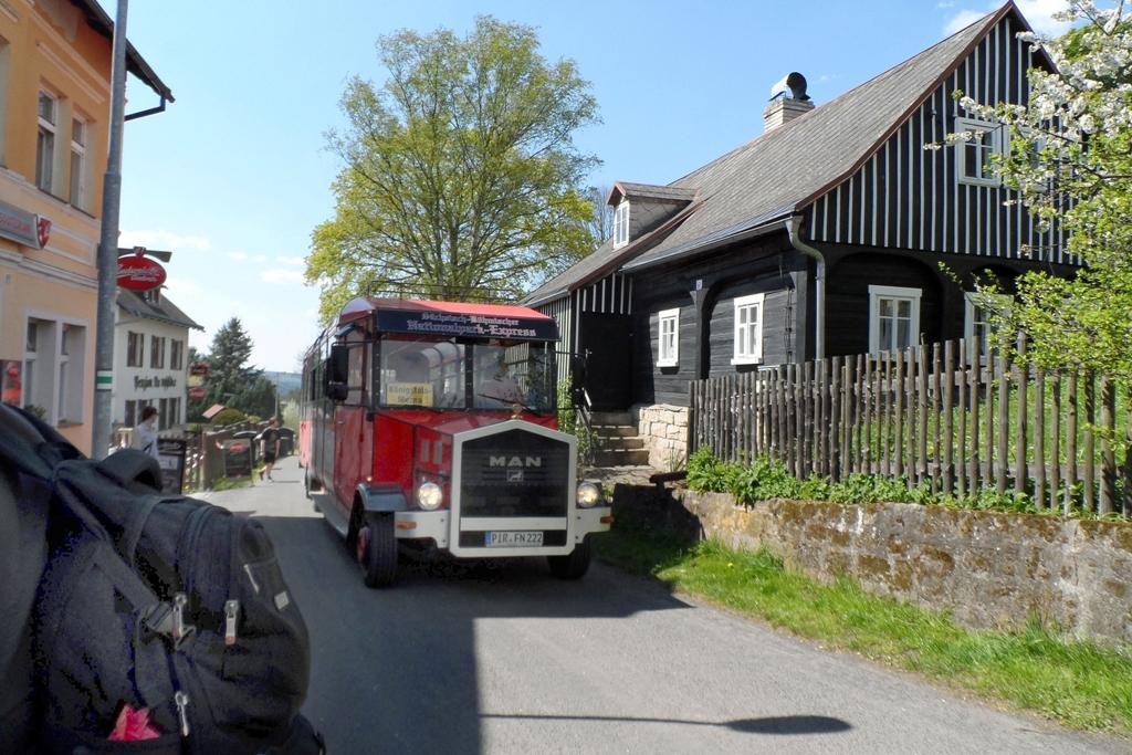 Ein Touristenbus (Oldtimer) fährt von Deutschland aus auch in die Grenznahen Touristenzentren Tschechiens!
