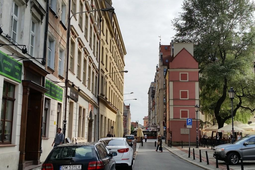 """Vorn rechts, das schmale """"Handtuch"""" ist die Gretel (Małgosia), eines der Altaristenhäuser. Hänsel (Jan) steht im rechten Winkel dazu"""