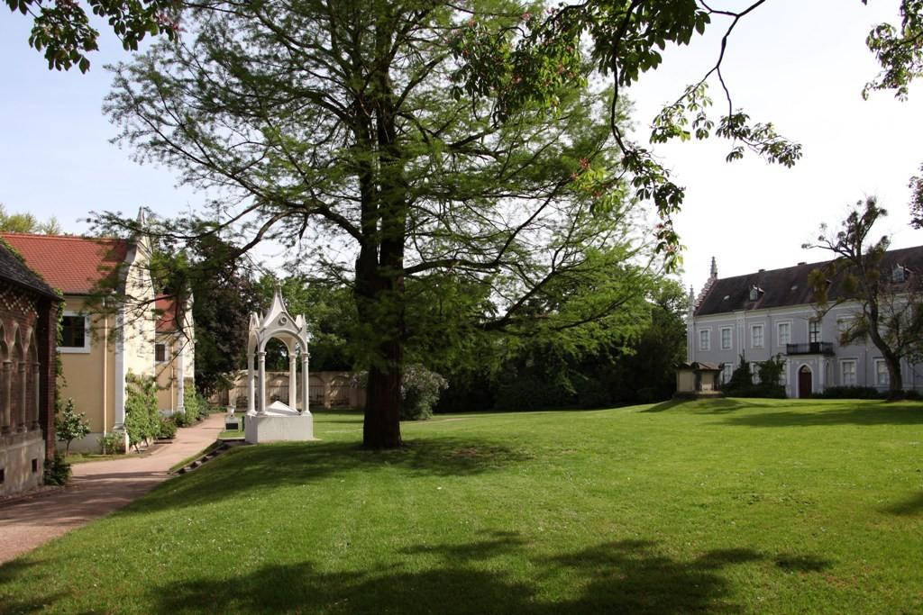 """Blick von der St. Petri Kirche auf das Küchengebäude links, dem Sarkophag und das """"Graue Haus"""" rechts"""