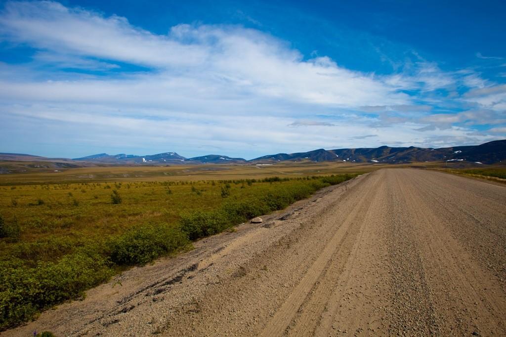 Rückschau etwa 20 Kilometer nach verlassen des NWT auf die Richardson Mountains in Fahrtrichtung Eagle Plain