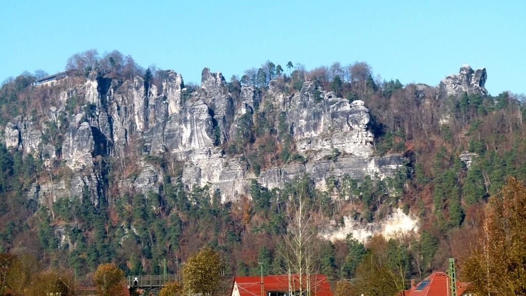 Das Basteimassiv von Oberrathen aus gesehen, rechts der Mönchfelsen m. Wetterfahne