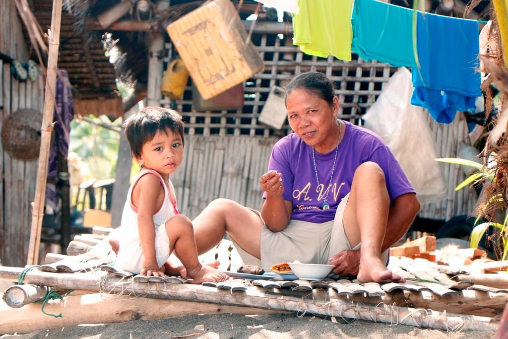 ...Filipina Fischers Frau mit Kleinkind beim Essen!