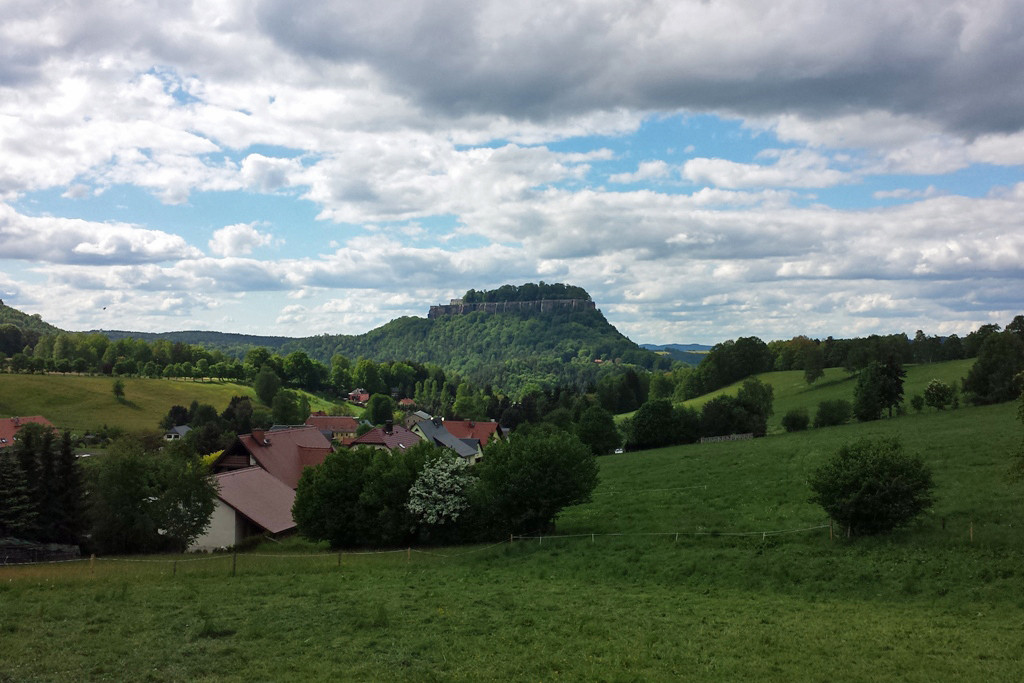 Die Festung Königstein im Frühling von Pfaffendorf aus gesehen